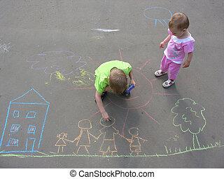 Kinder, die auf dem Asphalt Familienhaus zeichnen
