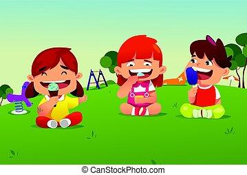 Kinder essen Eis im Park.