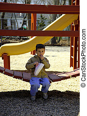 Kinder essen Popcorn im Park