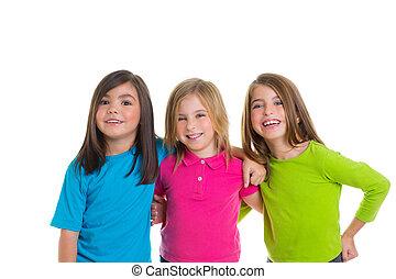 Kinder, glückliche Mädchen, die zusammen lächeln