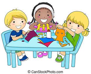 Kinder machen Papierschnitte
