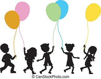 Kinder mit Ballons im Hintergrund