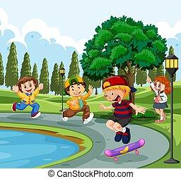Kinder spielen an einem Teich in einem Park.