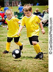 Kinder spielen Fußball im organisierten Jugendspiel