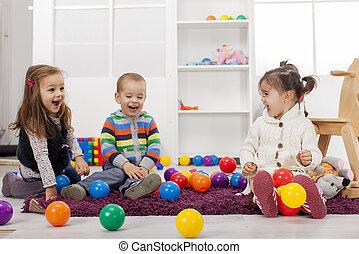 Kinder spielen im Zimmer.