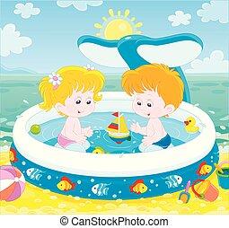 Kinder spielen in einem Kinderpool am Strand.