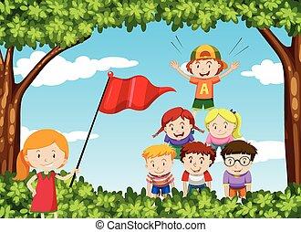 Kinder spielen menschliche Pyramide im Park.