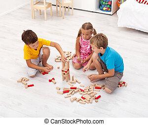 Kinder spielen mit Holzblöcken