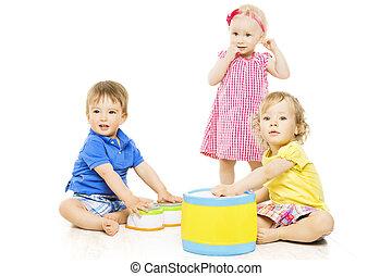 Kinder spielen Spielzeug. Kleine Kinder und Babyentwicklung, isoliert