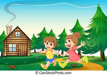 Kinder spielen vor dem Holzhaus auf dem Hügel.