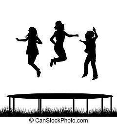 Kinder springen auf Gartentrampolin.