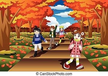 Kinder wandern in der Herbstsaison.