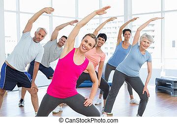 Klasse, die Hände im Yogakurs zu dehnen.