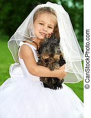 Kleine Brautjungfer mit süßem Hund
