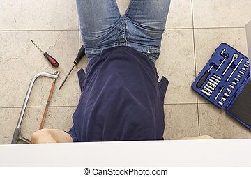 Klempner arbeiten an der Spüle in der Küche