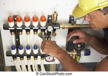 Klempner arbeiten an Rohren im neuen Haus