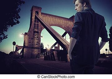 Kluger junger Mann während des Spaziergangs