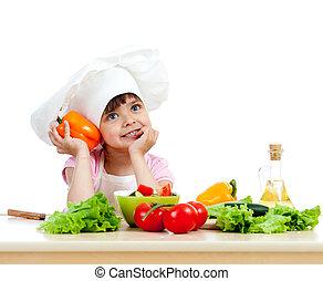Kochmädchen bereitet gesunden Gemüsesalat über weißem Hintergrund vor