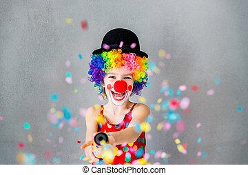 Komischer Clown, der drinnen spielt