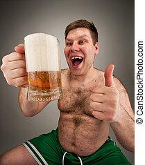 Komischer Fettsack, der Bier trinkt.