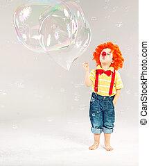 Komisches Bild von kleinen Clowns, die Seifenblasen machen.