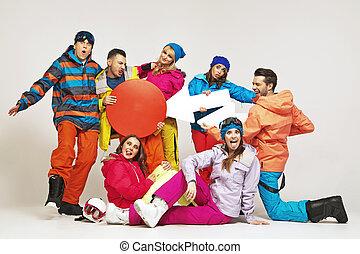 Komisches Bild von Snowboardern, die einen Schwindel spielen.