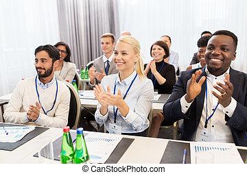 konferenz, klatschende , geschäftsmenschen
