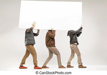 Konzeptbild von drei Typen, die das Brett tragen.
