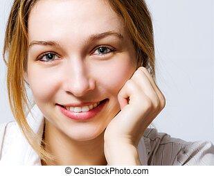 Lächeln von süßer, frischer Frau mit Clea.