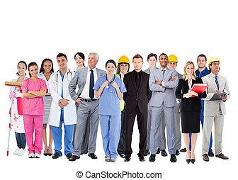 Lächelnde Gruppe von Menschen mit unterschiedlichen Arbeitsplätzen