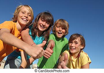 Lächelnde Kinder oder Kinder mit Daumen hoch