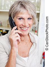 Lächelnde Senior Lady am Telefon
