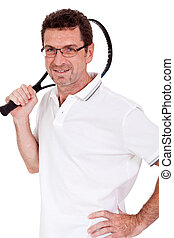 Lächelnder erwachsener Tennisspieler mit abgeschiedenem Schläger