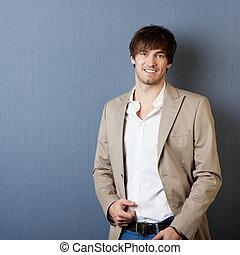 Lächelnder junger Mann mit Jacke