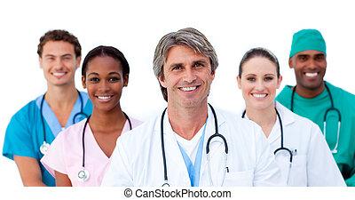 Lächelndes multiethnisches medizinisches Team