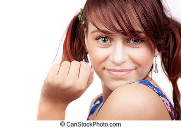Lächelt von einer netten, spielerischen Teenagerin.