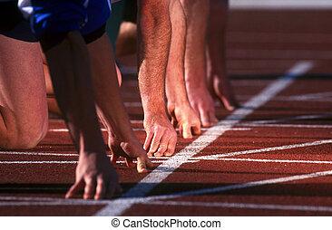 Läufer stehen für den Start eines Rennens Schlange.
