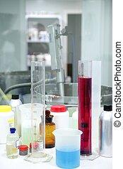 Laborzeug, Glaszylinder, bunte Flüssigkeiten
