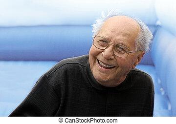 Lachender alter Mann