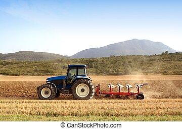 Landwirtschaft pflügt Traktor auf Getreidefeldern