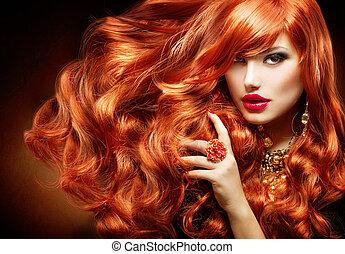Lange lockige rote Haare. Modefrauenporträt