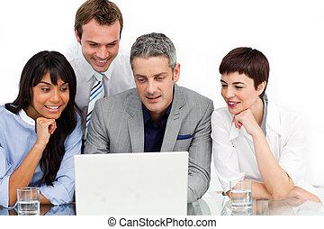 laptop, mannschaft, geschaeftswelt, gebrauchend, multi-ethnisch