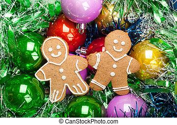 Lebkuchen-Weihnachtsmann mit bunten Schmuck und Lametta.