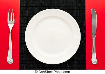 Leerer Teller mit Gabel und Messer
