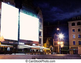 Leeres weißes Brett über dem städtischen Hintergrund