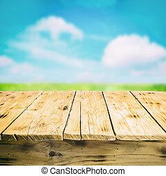 Leerholztisch im Freien, auf dem Land.