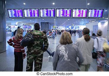 Leute am Flughafen.