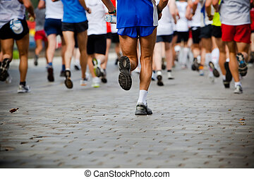Leute, die im Stadtmarathon laufen.
