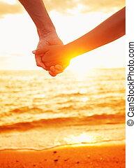 Liebe - Paar Händchen in der Liebe, Sonnenuntergang am Strand