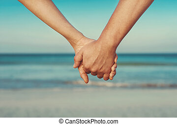 Liebende, die Händchen halten.